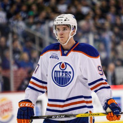 Connor McDavid lähikuvassa jäällä.