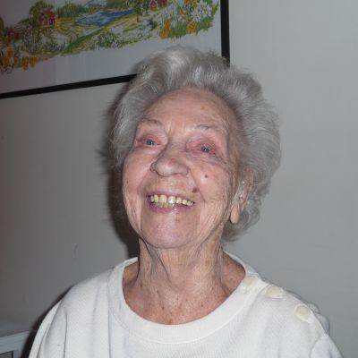 Gunda Lindholm, 100 år, skrattar och ser in i kameran.