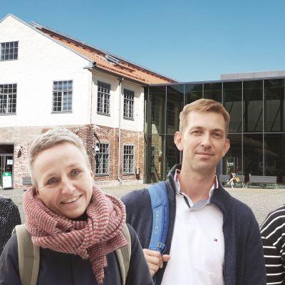 Åbo Akademis campuskomplex Arken, och fyra av de intervjuade personerna: Hanna Lindberg, Elina Oinas, Anders Ahlbäck och Salla Tuori.