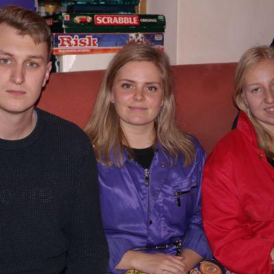 Jakob Nordman, Ida Nyberg och Sonja Lundström sitter i en röd soffa bredvid varann