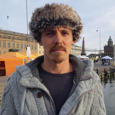 Jasper Pääkkönen karvalakkipäässään.