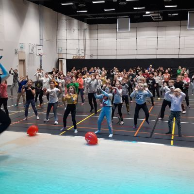 Heli Hyvärinen opettaa nenäpäivätanssia Lehtikankaan koulun oppilaille.