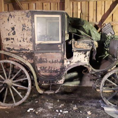 Vanhat hevosvaunut rapistuvat Kyminlinnan entisen varuskunnan varastossa.