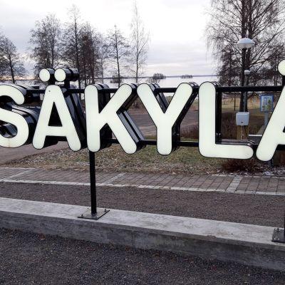 Säkylän kyltti kunnantalon edustalla.