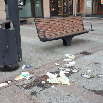 Lintujen tyhjentämiä roskakoreja Oulun Rotuaarilla