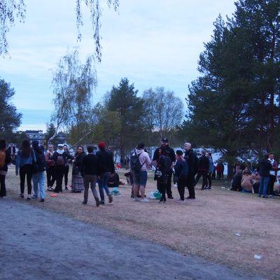 Nuorisoa juhlimassa koulujen päättäjäisiä Rovaniemen uimarannalla