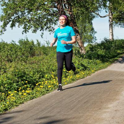Nainen juoksee keseisellä lenkkipolulla