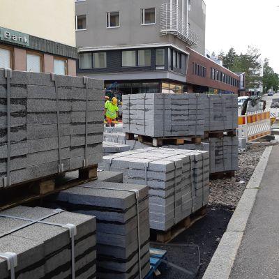 Ristijärven harmaata graniittia pinoissa Kajaanin kävelypainotteisen Kauppakadun työmaalla.