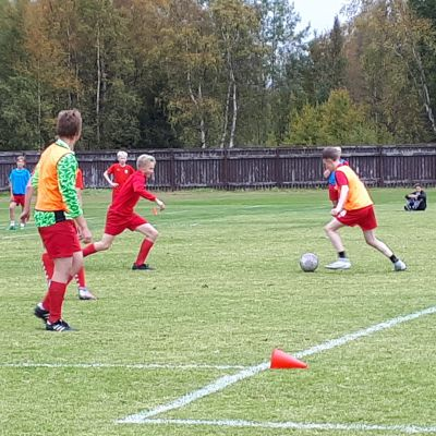 Pojat pelaavat jalkapalloa