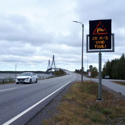 Replotbron med 25m/s skylt.