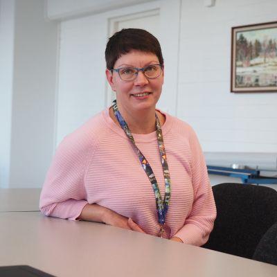 Suomussalmelaiset yritykset saavat talven aikana kunnan elinvoimapalveluista puhelun, jolla kartoitetaan yritysten tarpeita. Yksi soittajista on Jenny Seppänen.