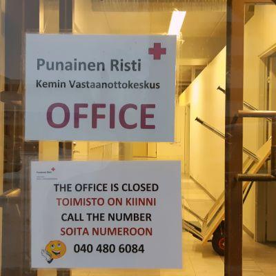 Kyltti Kemin vastaanottokeskuksen ovessa. Kyltissä kerrotaan, että keskus on suljettu.
