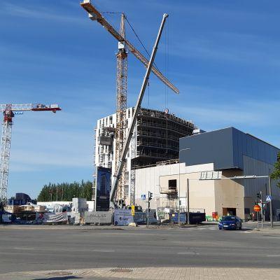 Seinäjoen keskustassa rakennetaan uusia kerrostaloja. Etummaisena tuleva uusi elokuvateatteri.