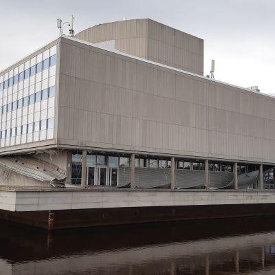 Oulun teatterin julkisivu koki kovia myrskyn seurauksena.