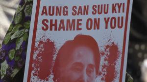 Burmas ledare, Nobels fredspristagare Aung San Suu Kyi får hård kritik världen över