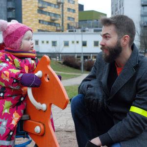 Lilla Ronja med sin pappa Jaakko i lekparken