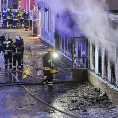 Fem personer skadades då det började brinna inne i en moské i Eskilstuna den 25 december 2014.