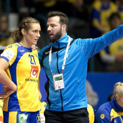 Handbollsspelaren Sabina Jacobsen får råd av tränaren Henrik Signell.