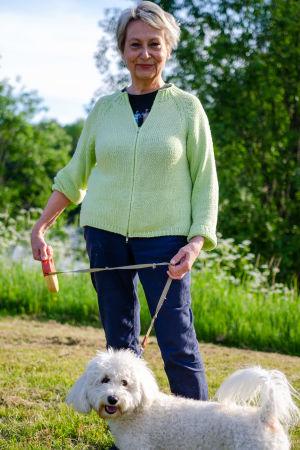 Karin Svahnström med sin vita hund Albert.