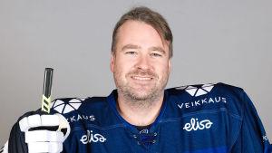 Staffan Kosk, på Ishockeyförbundet, med hockeyutrustning på