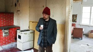 Sampsa Oinaala ostamassaan Lehtolan tilan rintamamiestalossa Valtimon Rasimäen kylässä.