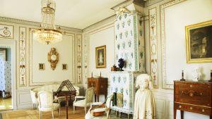 Sällskapsrummet i Svartå slott är inrett med antikmöbler.