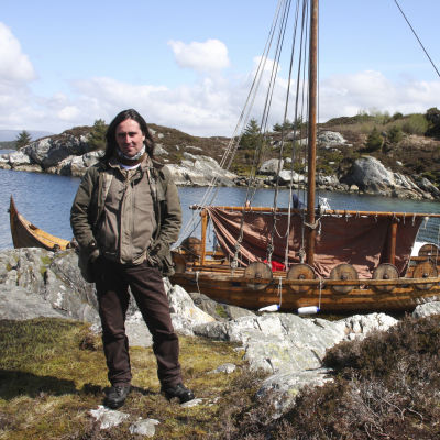 Neil Oliver viikinkilaivan edessä