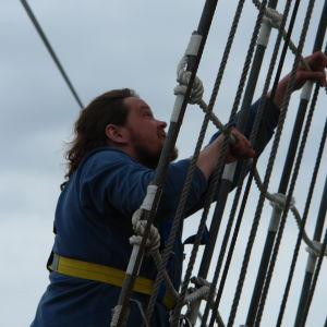 Ville Haapasalo kiipeää laivan mastoon Vladivostokissa