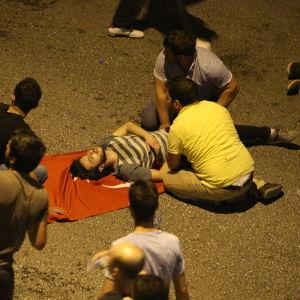 Människor samlas omkring en sårad man i Ankara.