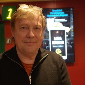 Finlandssvenskt filmcentrums verksamhetsledare Dag Andersson i aulan i en biograf