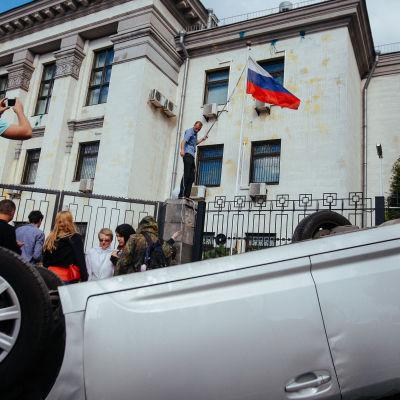 Demonstranter utanför den ryska ambassaden i Kiev 14.6.2014