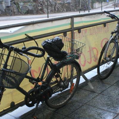 På vintrarna får cyklister ofta hitta på egna lösningar för var cykeln ska stå trygg.