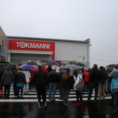Människor köar utanför Tokmanni i Lovisa.