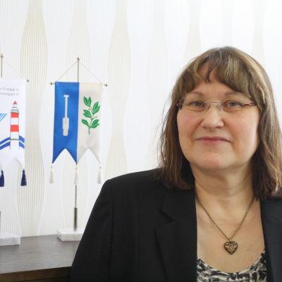 Stadsdirektören Marlene Svens står framför en byrå på sitt kontor.