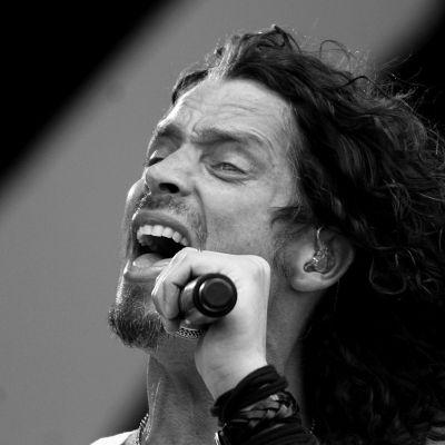 Personporträtt av sångaren Chris Cornell med en mikrofon i handen.