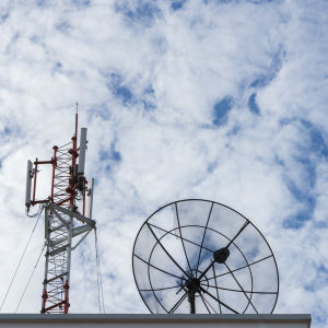 Mobilmast och satellitmottagare.