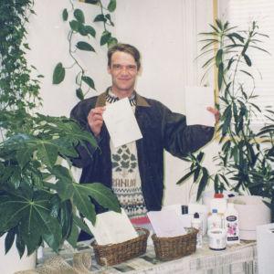 Hortonomiksi opiskellut Markku Kuha esittee luomutuotteita messuilla.
