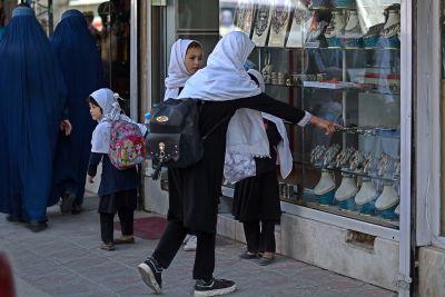 Afghanska skolflickor tittar på smycken i en juvelbutik i Kabul. 26.9.2021.