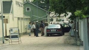 Chuck Berry anländer till Ekenäs 1990. Promotorn Steve Sjöholm längst till höger.