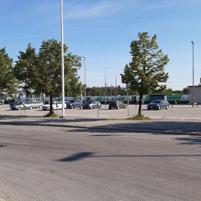 Området kring tågstationen i Seinäjoki, med bilparkeringsplats framför.