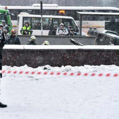 Polisen övervakar gångtunneln medan räddningspersonal arbetar intill olycksbussen. Moskva 25.12.2017.