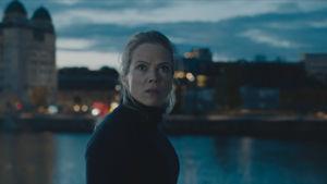 Ane Dahl Torps Idun tittar ut i natten med skräck i blicken.