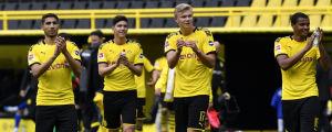 Borussia Dortmunds Erling Braut Haaland (andra från höger) firar tillsammans med sina lagkamrater återhållsamt 4–0-segern mot Schalke 04.
