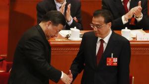 Kinas president Xi Jinping omvaldes till president på lördagen samtidigt som premiärminister Li Keqiang (till höger) också fick förnyat förtroende