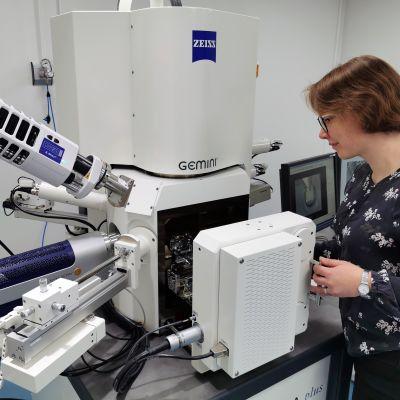 Apulaisprofessori Essi Sarlin kuvaa näytettä pyyhkäisyelektronimikroskoopilla Tampereen yliopistossa.