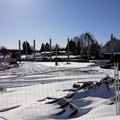Karsikon koulun rakennustyömaalla tehdään perustuksia. Liikuntasalin rungon pilarit ovat jo pystyssä