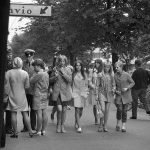 Kvinnor i gatubilden på 1960-talet.