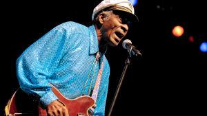Chuck Berry med sin trogna följeslagare en Gibson.