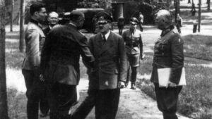 Före attentatet: tauffenberg, Puttkamer, Bodenschatz, Hitler och Keitel framför byggnaden där bomben exploderade den 20 juli 1944.