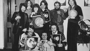 Bengt Palmers nere till vänster tillsammans med Harpo då de får guldskiva för Movie Star.